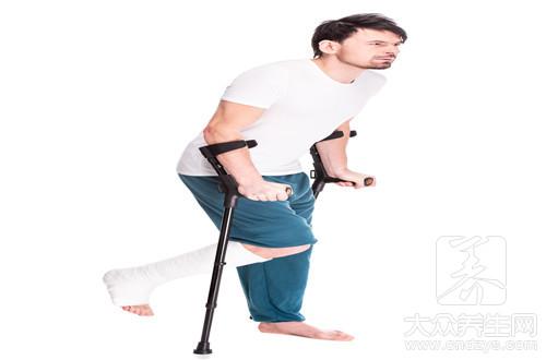 骨折一个半月能走路吗